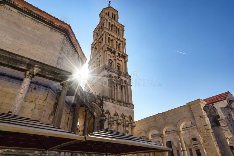 Torre Sveti Duje de la catedral de la fractura con la llamarada del sol, Croacia fotografía de archivo