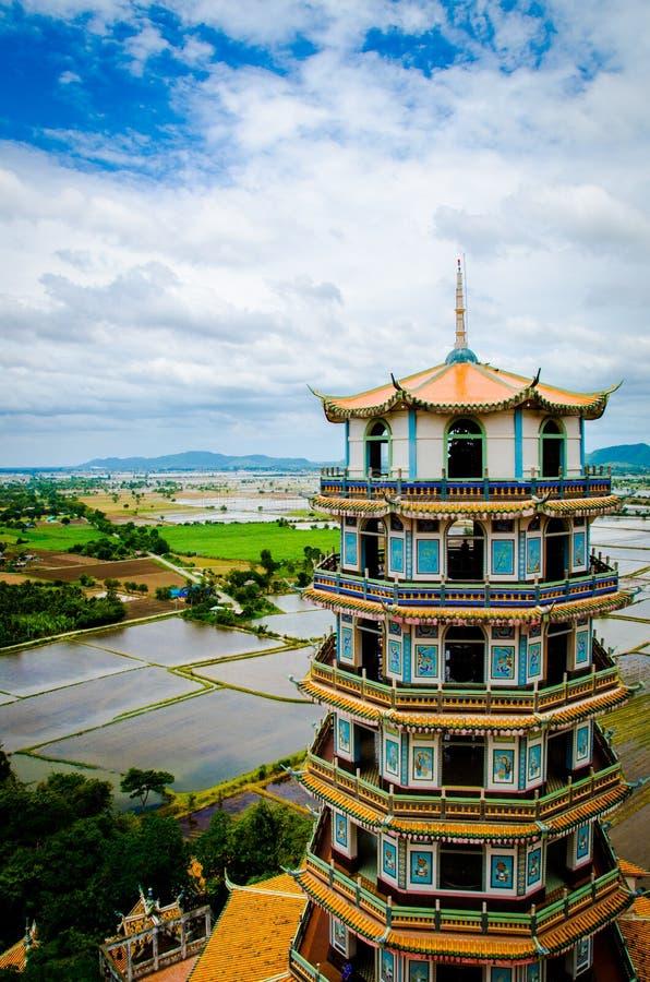 Torre tailandesa do marco sob o céu fotografia de stock