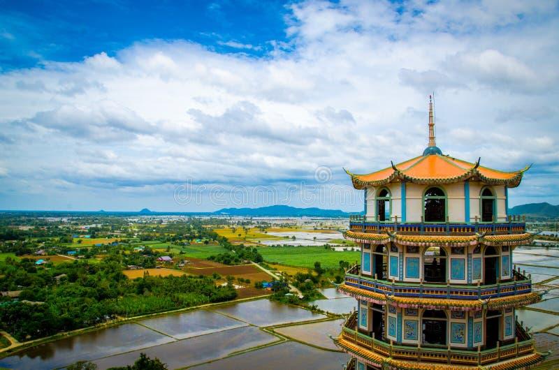 Torre tailandesa do marco sob o céu foto de stock royalty free