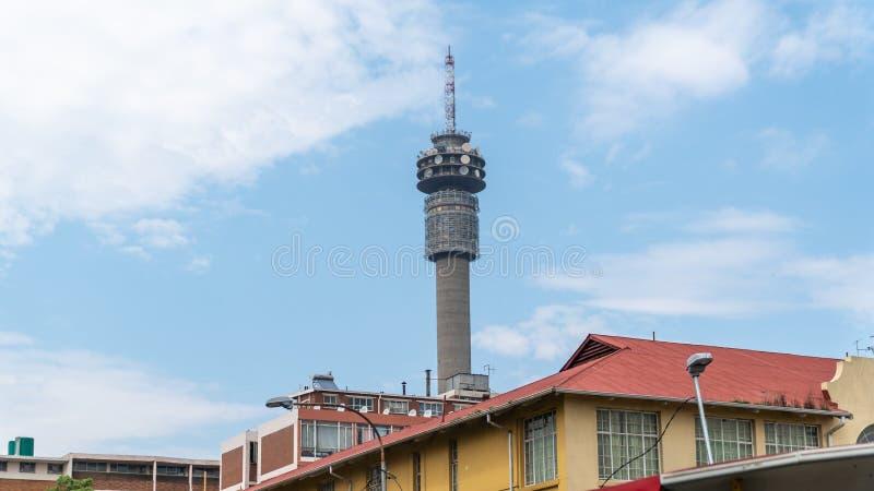 Torre televisiva di Hillbrow nel centro di Johannesburg, Sudafrica fotografia stock libera da diritti