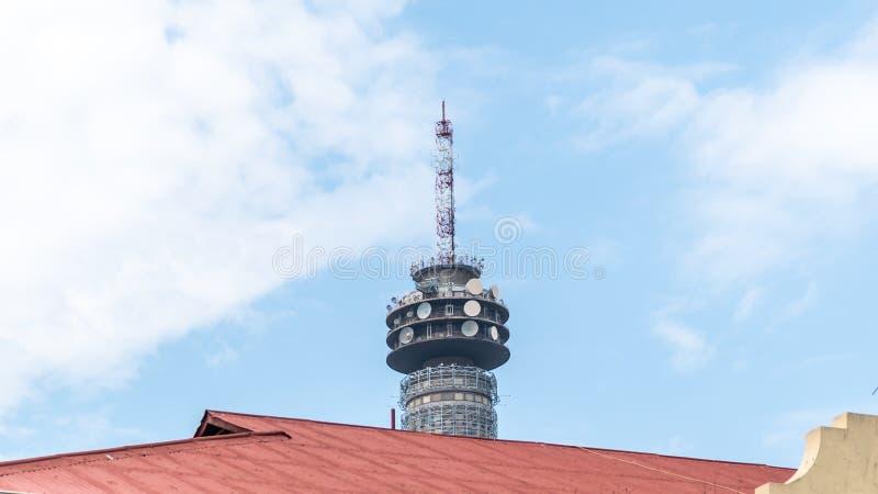 Torre televisiva di Hillbrow nel centro di Johannesburg, Sudafrica fotografie stock