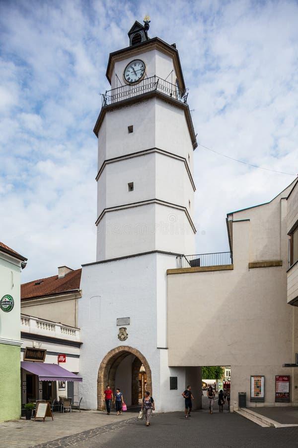 Torre velha da cidade em Trencin, Eslováquia imagem de stock