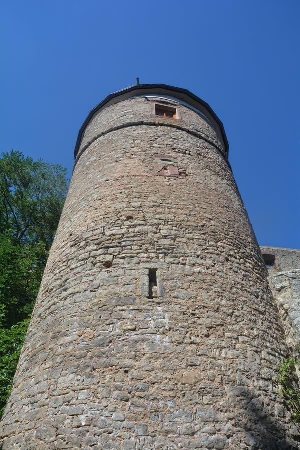 Torre velha de um castelo arruinado imagem de stock