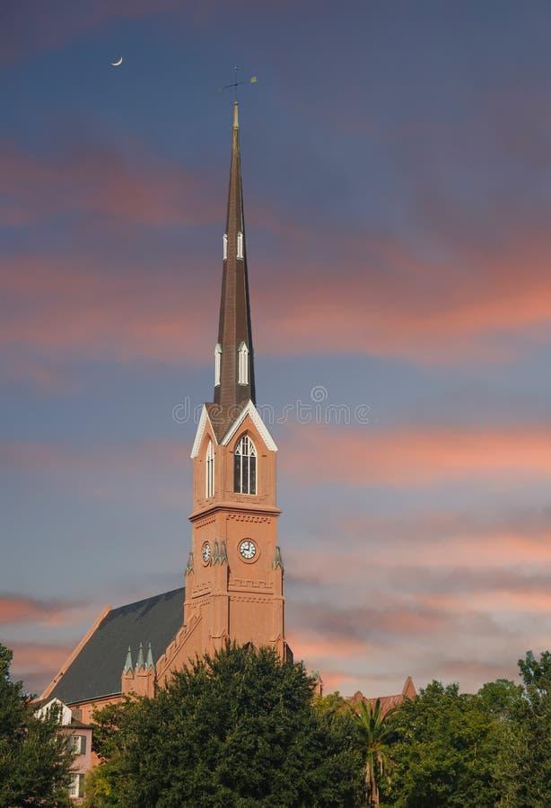 Torre vermelha do estuque que aumenta na luz do amanhecer fotos de stock