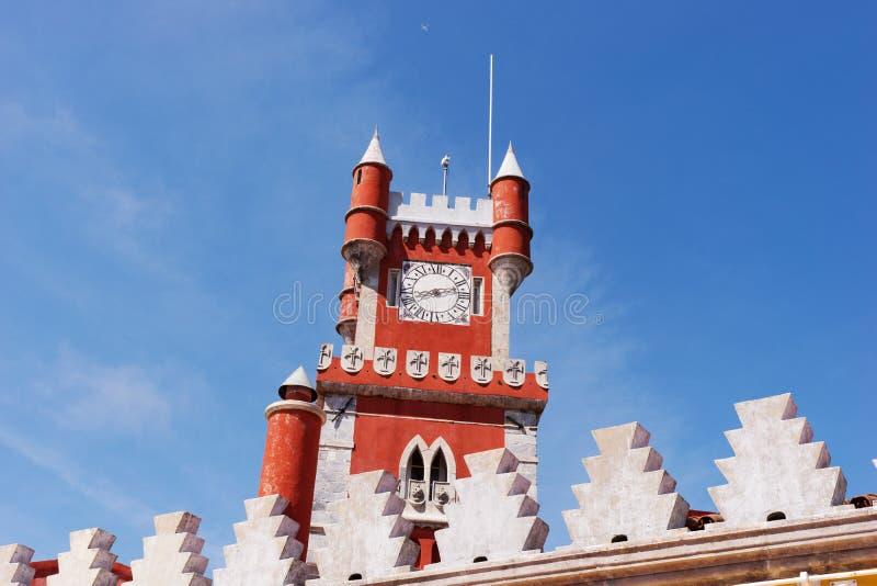 Torre vermelha no palácio nacional de Pena & no x28; Palacio Nacional a Dinamarca Pena& x29; - Palácio do Romanticist em Sintra foto de stock royalty free