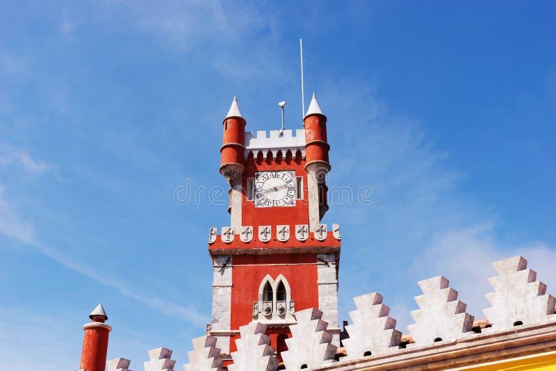 Torre vermelha no palácio nacional de Pena & no x28; Palacio Nacional a Dinamarca Pena& x29; - Palácio do Romanticist em Sintra imagens de stock royalty free