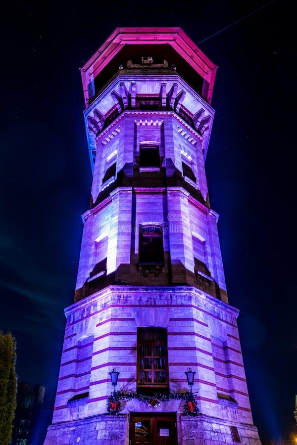 Torre vieja de la ciudad del agua de Chisinau en la noche, República del Moldavia fotos de archivo