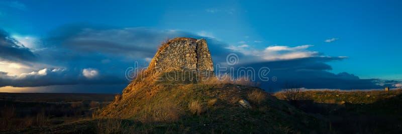 Torre vieja delante de una tormenta inminente imagen de archivo libre de regalías