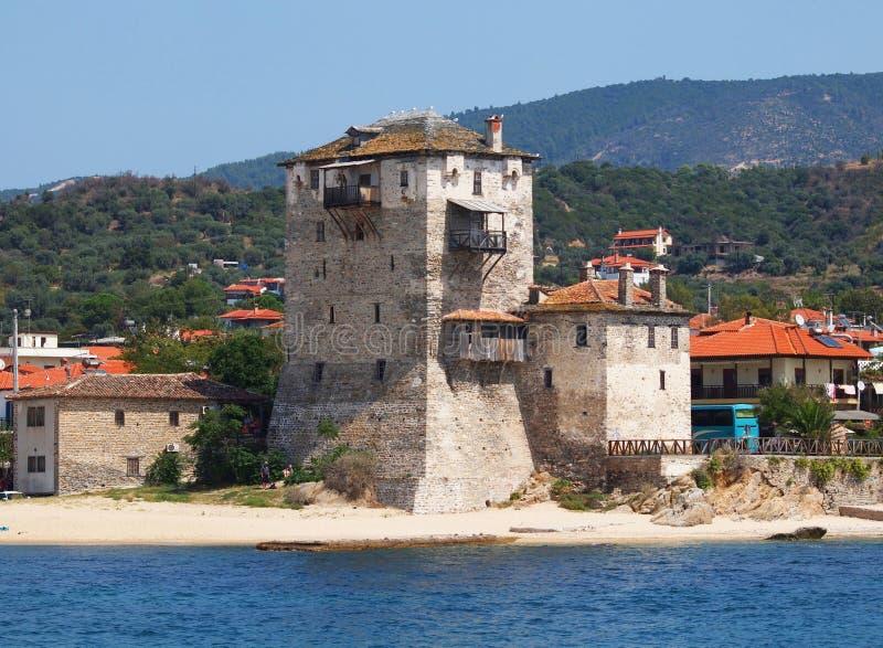 Torre vieja en el puerto de ciudad de Ouranoupolis (Grecia) - puerta del monte Athos foto de archivo
