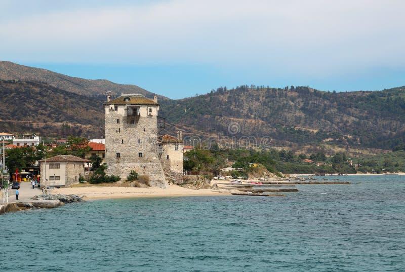 Torre vieja en la playa en Ouranoupoli, península de Athos, Chalkidiki, Grecia fotos de archivo