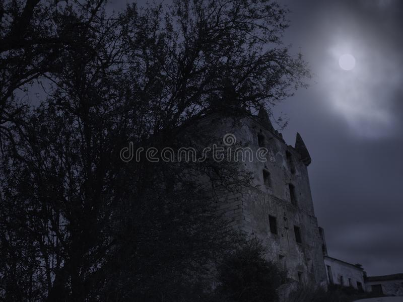 Torre vieja espeluznante en la noche imagen de archivo