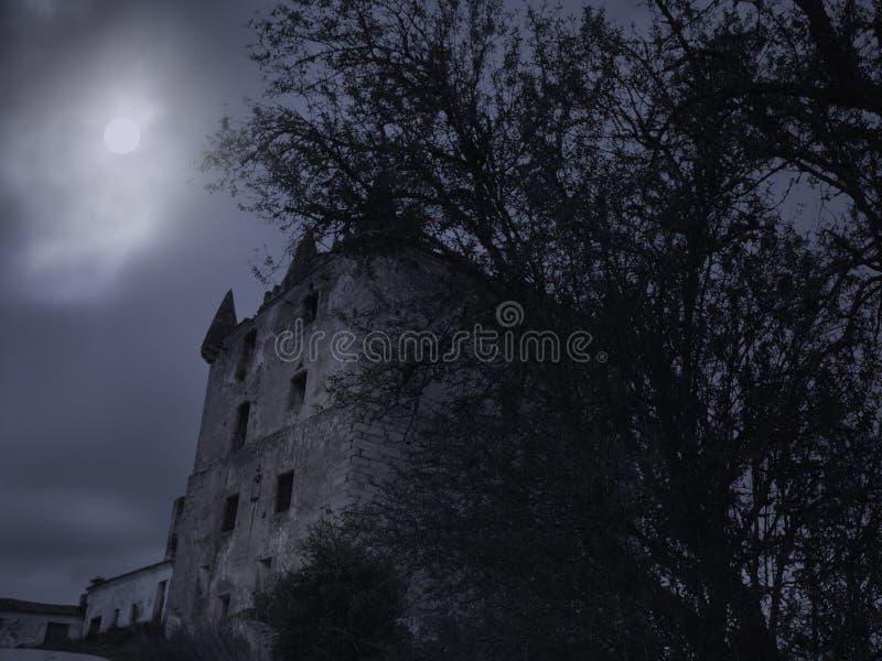 Torre vieja espeluznante en la noche fotografía de archivo libre de regalías