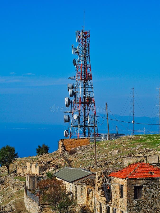 Torre y antenas de comunicaciones en la montaña griega imagenes de archivo