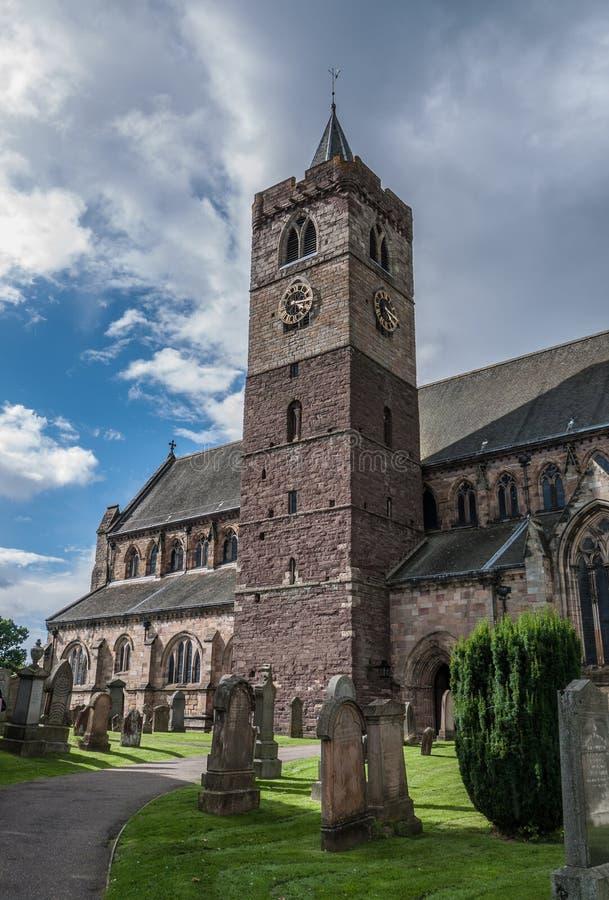Torre y cementerio de la catedral de Dunblane en Stirling imagen de archivo libre de regalías