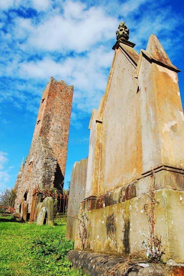 Torre y cementerio viejos de iglesia fotografía de archivo