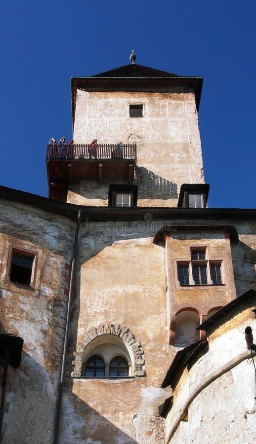 Torre y cubierta de visita turístico de excursión en el castillo de Orava foto de archivo