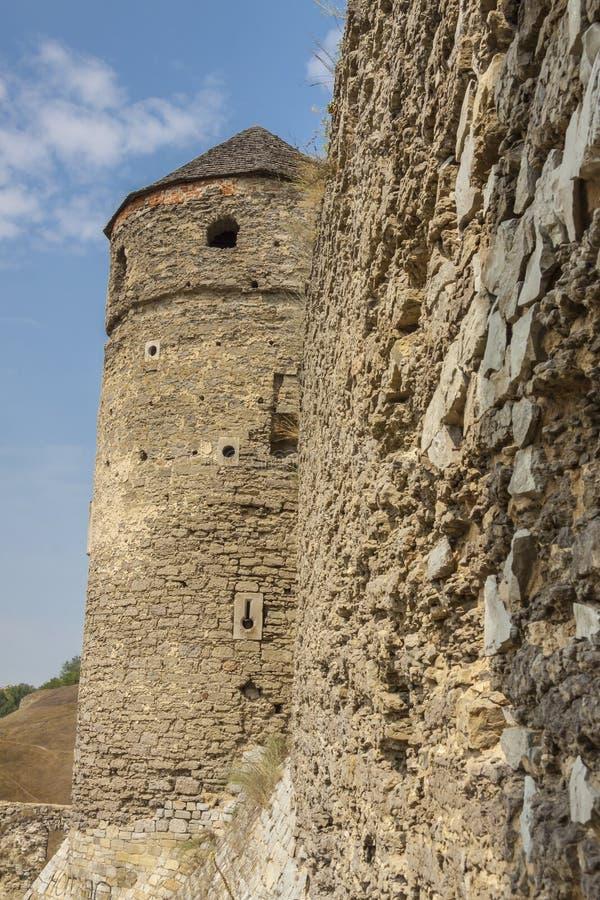 Torre y pared del castillo en Kamianets Podilskyi, Ucrania, Europ foto de archivo libre de regalías