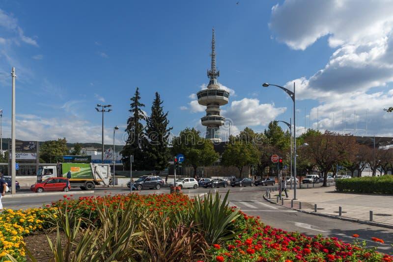 Torre y flores de OTE en frente en la ciudad de Salónica, Macedonia central, Grecia fotos de archivo libres de regalías