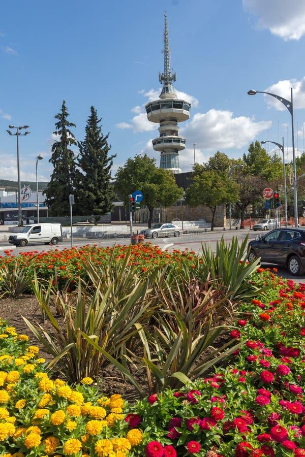 Torre y flores de OTE en frente en la ciudad de Salónica, Macedonia central, Grecia fotografía de archivo