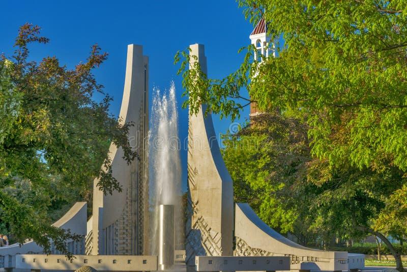 Torre y fuente de reloj en un campus universitario fotografía de archivo libre de regalías
