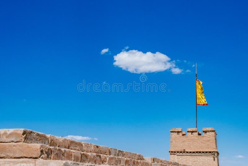 Torre y pared de la esquina con la bandera amarilla debajo del cielo azul, en Jiayu fotografía de archivo libre de regalías