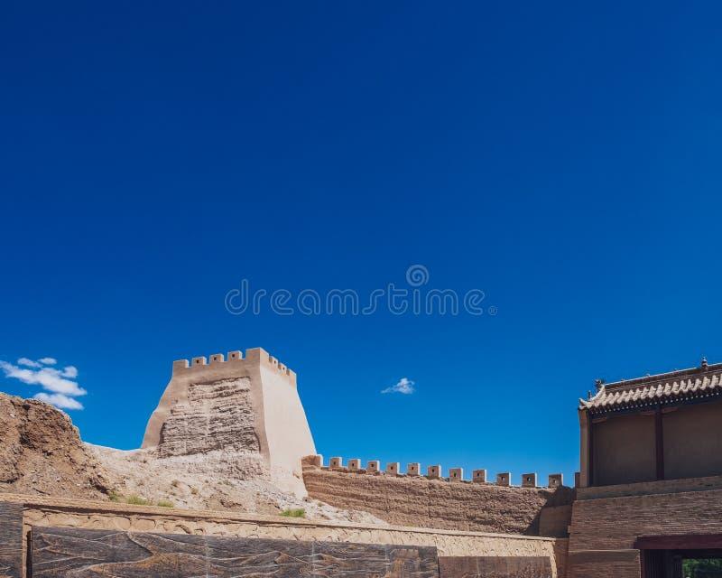 Torre y pared de la esquina debajo del cielo azul, en el paso de Jiayu, en Jiayugua imagen de archivo