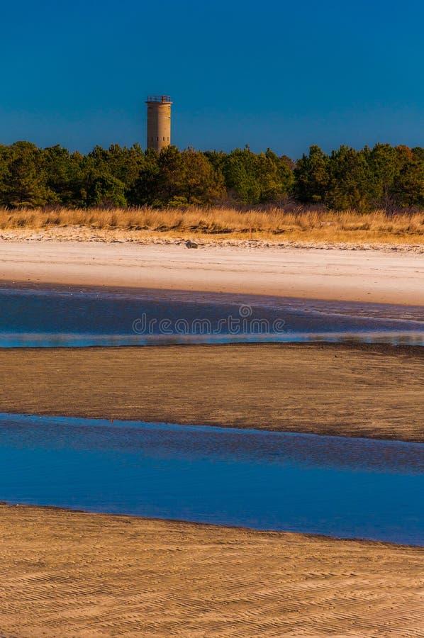 Torre y playa del puesto de observación de la Segunda Guerra Mundial en el parque de estado de Henlopen del cabo, DE. fotografía de archivo libre de regalías