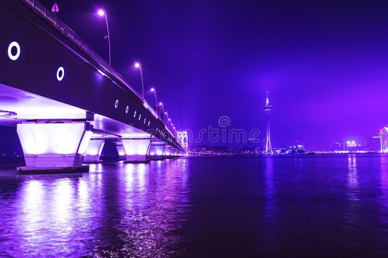 Torre y Sai Van Bridge de Macao en la noche. imagen de archivo