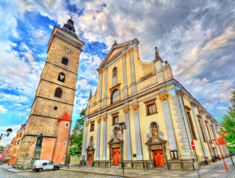 Torre y St negros Nicholas Cathedral en Ceske Budejovice, República Checa fotos de archivo libres de regalías