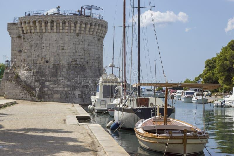 Torre y yates en Trogir fotografía de archivo
