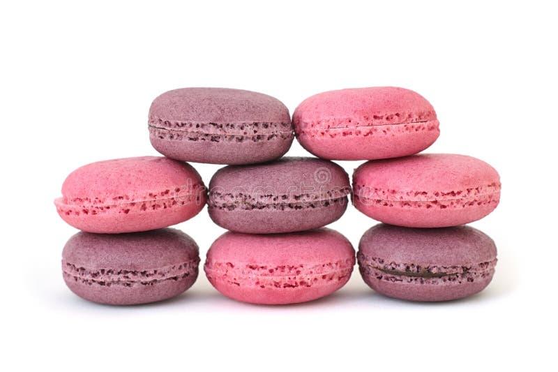 Torrecilla de ocho galletas rosa de los macarrones y púrpura con el relleno del chocolate y de la fresa imagenes de archivo