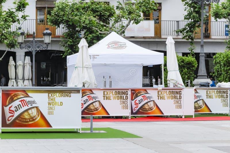 TORREJON DE ARDOZ, MADRYT HISZPANIA, MAJ, - 25, 2018: stojaki San Miguel piwo z żądaniem bada świat podczas świętowania zdjęcie stock