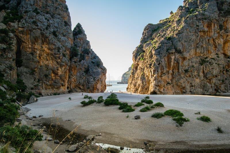 Torrent de Pareis strand, sa Calobra på Mallorca, Spanien, den vackraste stranden royaltyfri bild