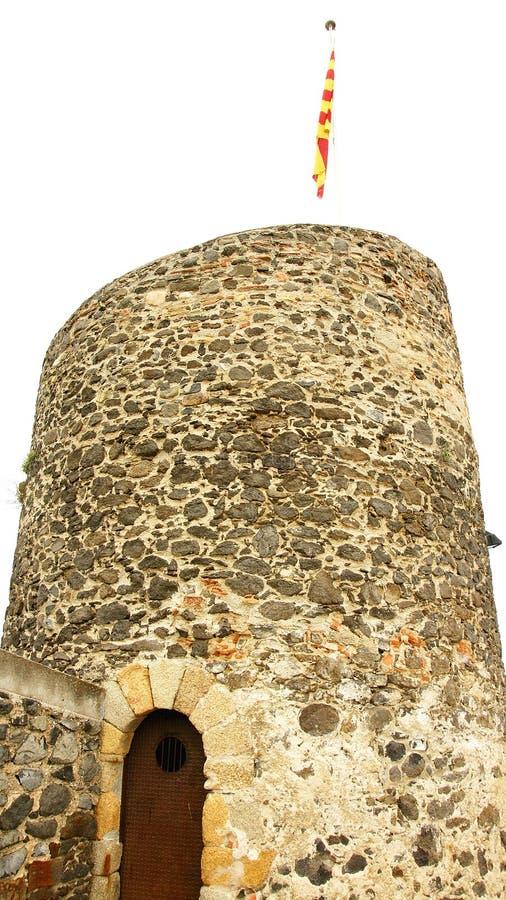 Torreon com a bandeira Catalan do castelo de Hostalric foto de stock royalty free
