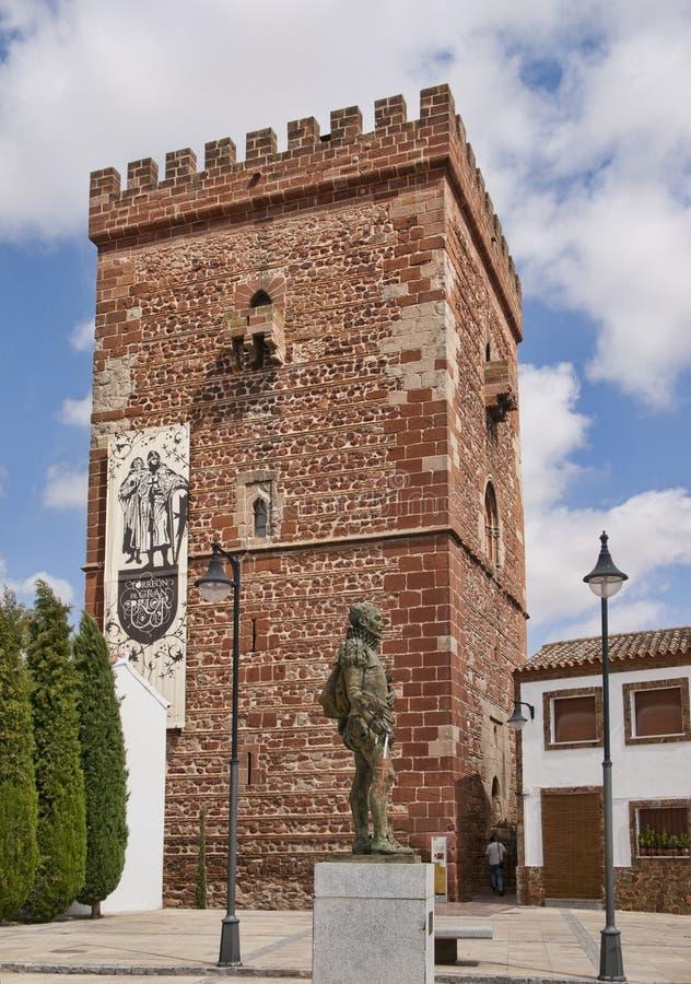 Torreon del Prior en Miguel de Cervantes-standbeeld in Alcazar DE San Juan stock afbeeldingen