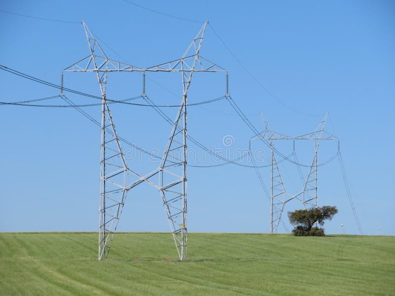 Torres для того чтобы транспортировать электричество от высокого напряжения стоковые фотографии rf