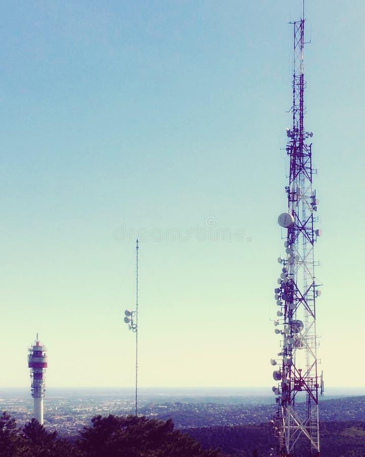 Torres celulares y opinión del cielo imagen de archivo libre de regalías
