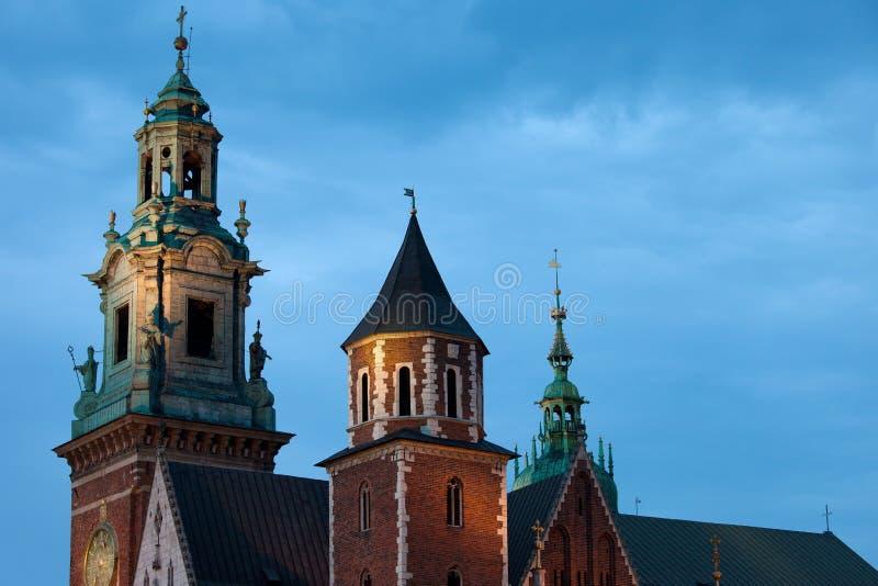 Torres da catedral de Wawel em Krakow na noite fotografia de stock