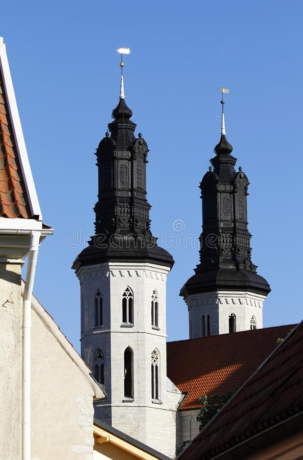 Torres da catedral medieval de Visby em Gotland, Suécia imagem de stock royalty free