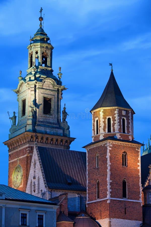 Torres da catedral real de Wawel em Krakow na noite imagem de stock royalty free