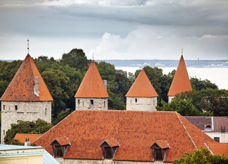Torres da fortificação, vista superior Tallinn Estónia imagem de stock