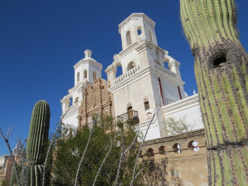 Torres da missão de San Xavier del Bac Spanish acima dos cactos, da árvore, e da parede fotos de stock