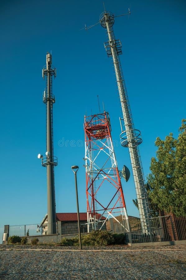 Torres da telecomunicação com antenas em uma estação de transceptor baixa imagem de stock royalty free