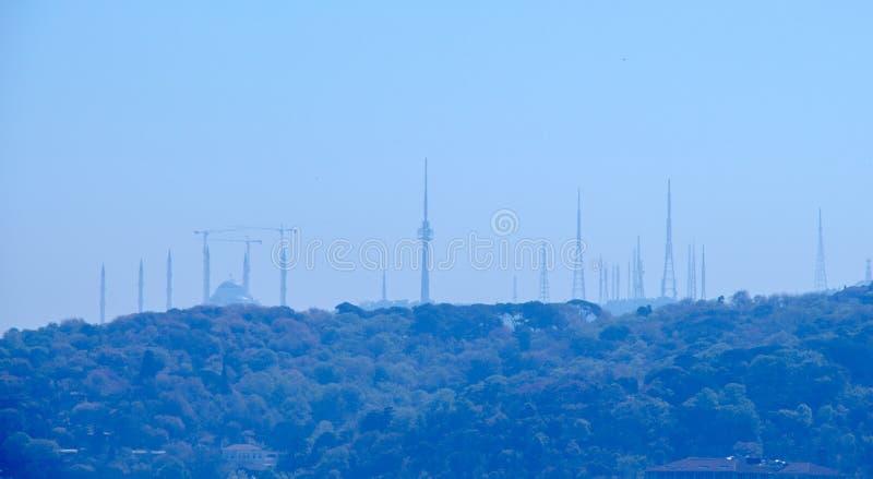 Torres da tev? em Camlica, Istambul, no c?u azul imagens de stock