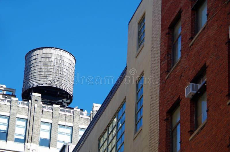 Torres de água urbanas de New York City imagens de stock