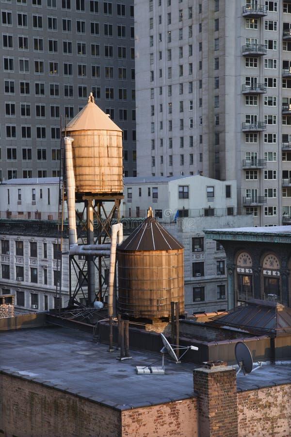 Torres de agua del tejado en edificios de NYC imágenes de archivo libres de regalías
