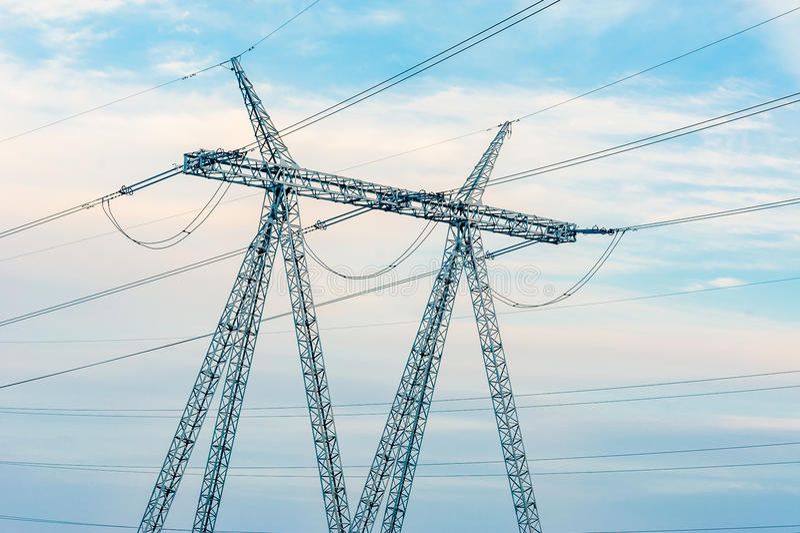 Torres de alta tensão da transmissão de energia foto de stock royalty free