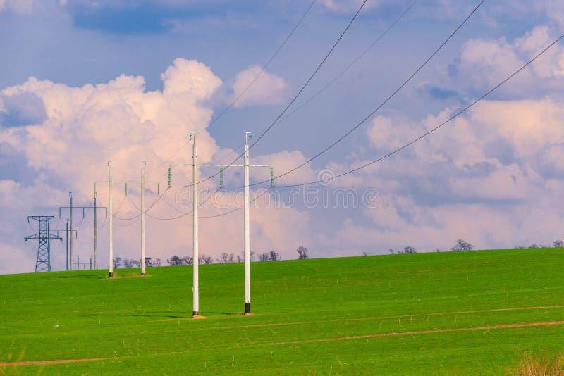 Torres de alto voltaje con el fondo del cielo imagen de archivo libre de regalías
