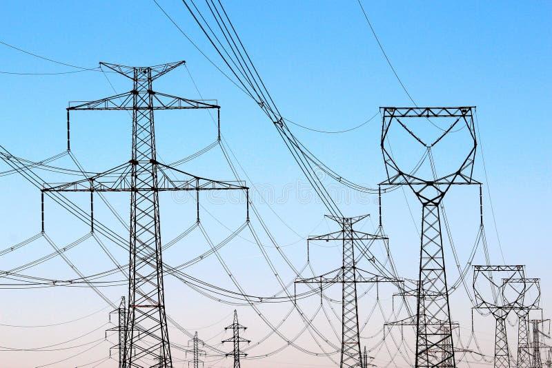 torres de alto voltaje de la electricidad bajo el cielo imagen de archivo libre de regalías