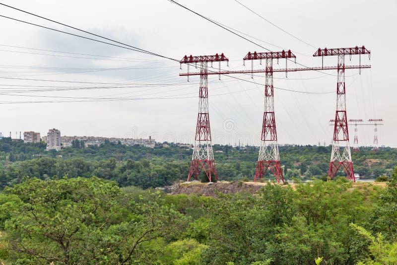Torres de alto voltaje de las líneas eléctricas en la isla de Khortytsia, Ucrania fotos de archivo